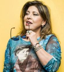 """Roberta Miranda dá selinho em Tatá Werneck e lembra namoro com travesti: """"Quem come de tudo, não morre de fome"""""""